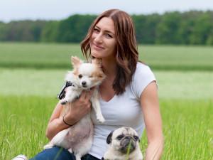 Tierheilpraktikerin Sina Dirscherl mit Hunden auf Wiese